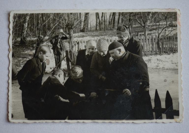 O. Alojzy Liguda z uczniami w Górnej Grupie